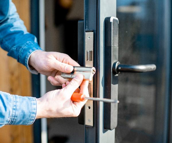 Le serrurier Gières remplace la serrure de votre porte