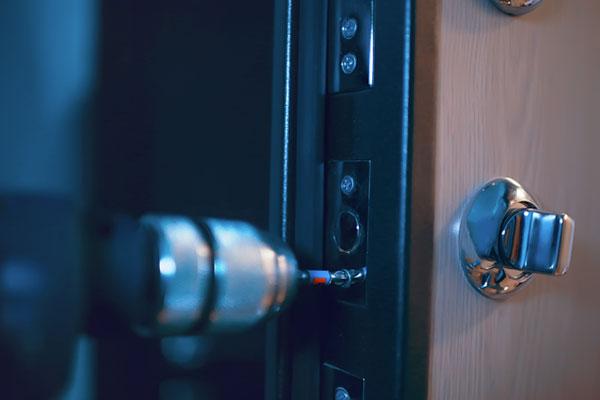Intervention du serrurier Grenoble sur une porte dans la nuit