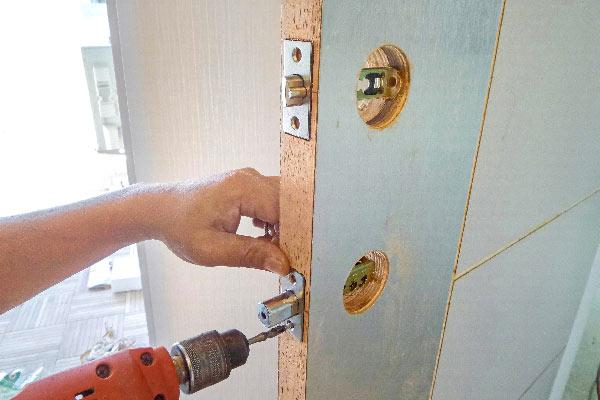 Installation d'une serrure par un serrurier pas cher grenoble